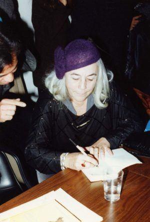 Carmen Martin Gaite firmando libros en 1995
