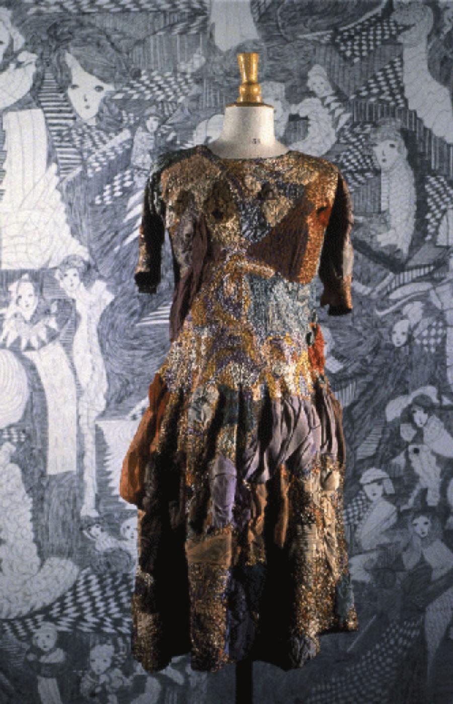 Madge Gill. Robe brodée de fils de coton mercerisé et de laine enrichie de voiles de coton haut. 93 cm © crédit photographique Collection de l'Art Brut, Lausanne
