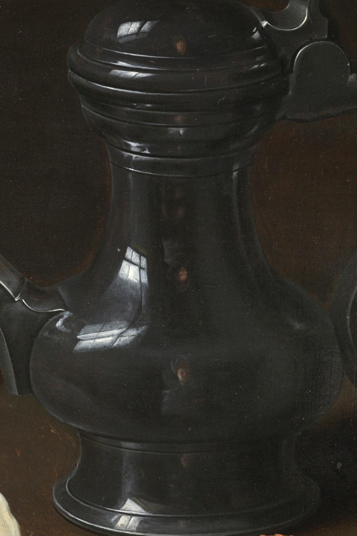 Clara Peeters. Bodegón con flores, copa de plata dorada, almendras, frutos secos, dulces, panecillos, vino y jarra de peltre. Detalle jarra. ©Museo Nacional del Prado